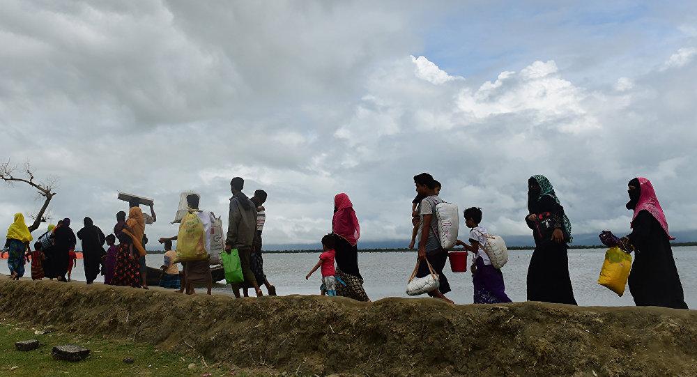 Refugiados rohinyás huyen de Birmania a Bangladés