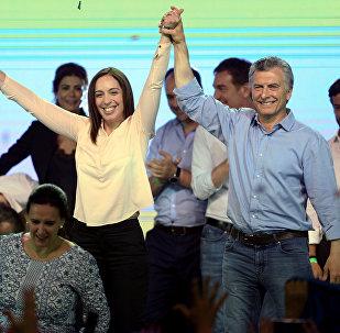 El presidente de Argentina, Mauricio Macri, junto a la gobernadora de Buenos Aires, María Eugenia Vidal, celebrando los resultados de las elecciones parlamentarias