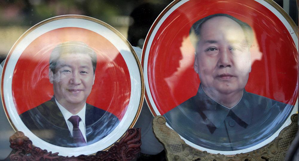 Los platos con los retratos de los líderes chinos, Xi Jinping y Mao Zedong