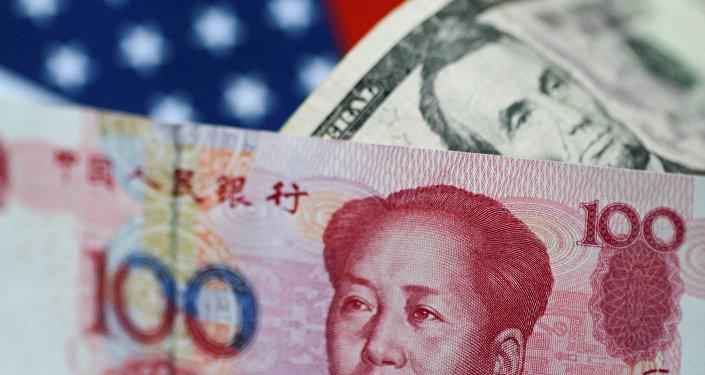 Yuanes y dólares (monedas chinas y estadounidenses)