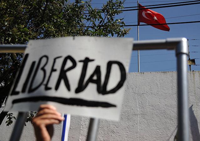 Miembros de Amnistía Internacional durante protestas frente a la Embajada de Turquía en México