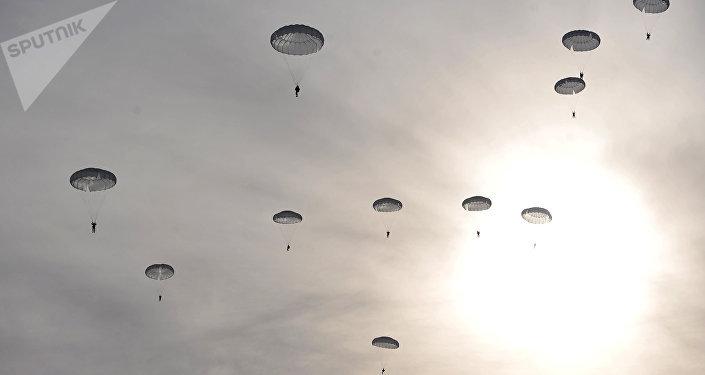 Paracaidistas militares rusos concluyen misión en el Ártico (arcivo)