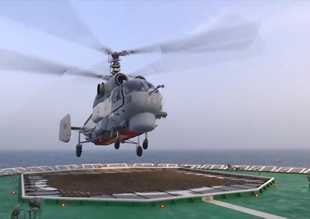 El impactante aterrizaje de un helicóptero ruso Ka-27 sobre un rompehielos