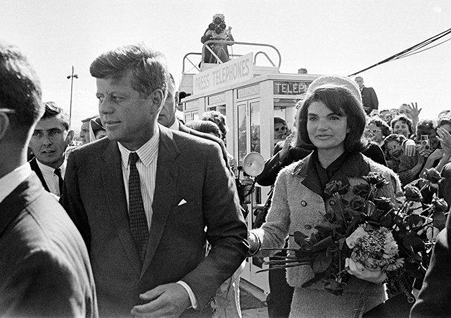 El 35º presidente de EEUU John F. Kennedy y la primera dama Jackie Kennedy (archivo)