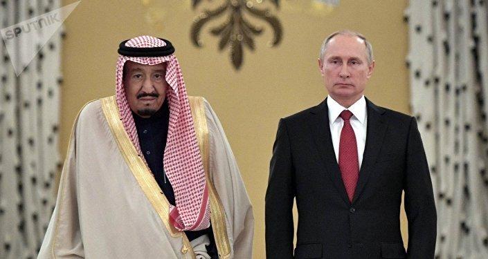 El presidente de Rusia, Vladímir Putin (derecha), y el rey de Arabia Saudí, Salman bin Abdulaziz Saud