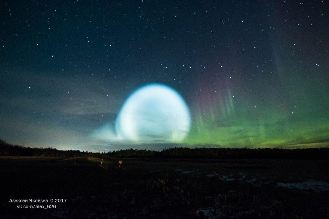 Una bola brillante vista en la ciudad de Strezhevoi, la región de Tomsk, Rusia