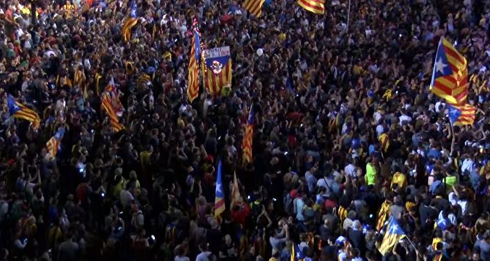 Fuegos artificiales y gritos de protestas: así vivió Barcelona la declaración de independencia