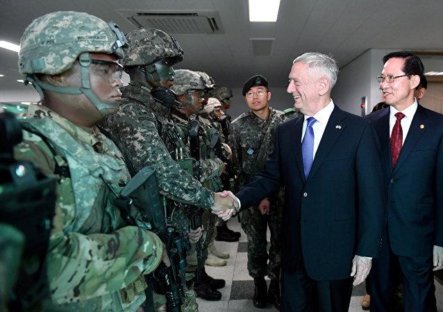 El secretario de Defensa de EEUU, James Mattis, y su homólogo surcoreano, Song Young-moo