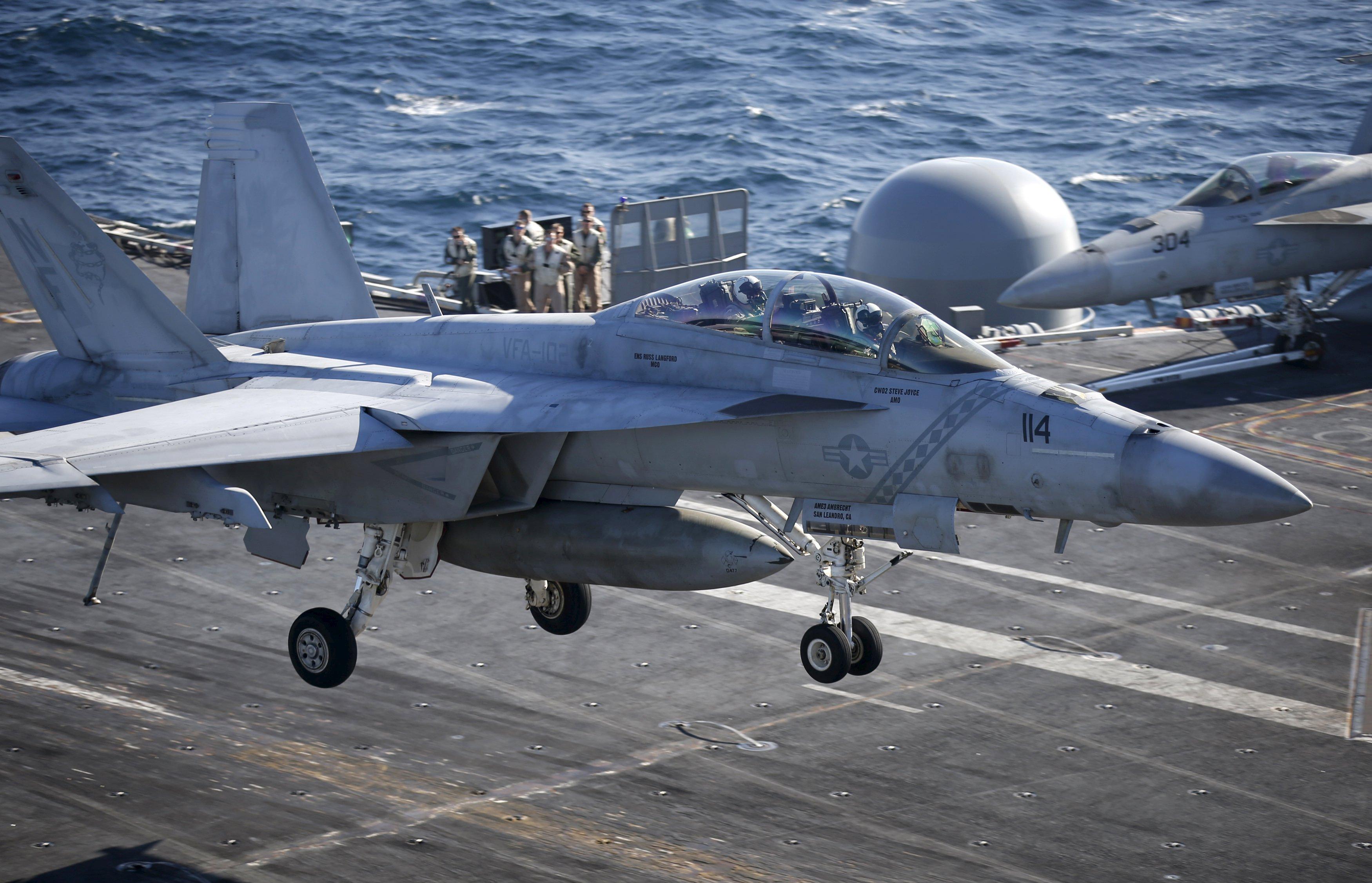 El cazabombarderos F / A-18 Hornet aterriza en el portaviones USS Ronald Reagan