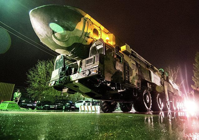 Lanzadera de misiles Topol