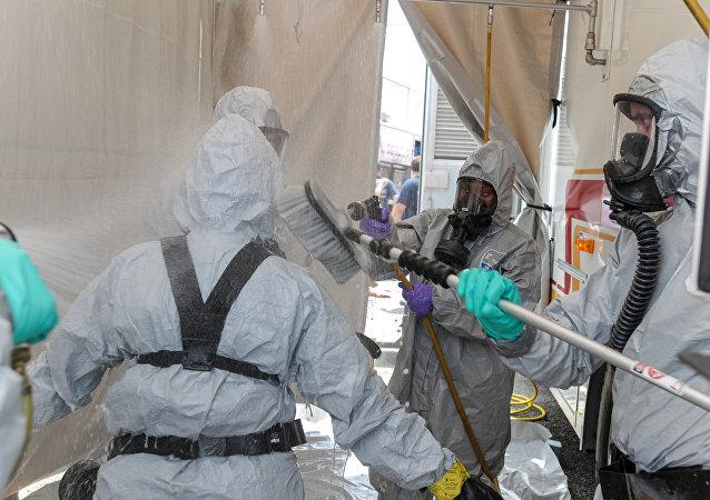 Recolectando muestras de armas biológicas para el análisis