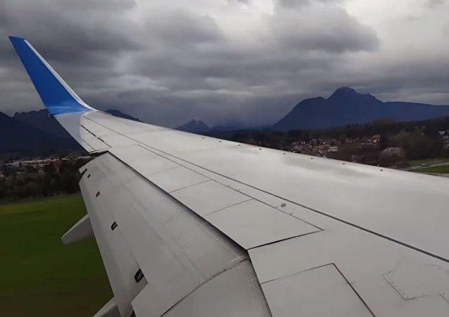El avión Boeing 737-800 intentando aterrizar en el aeropuerto de Salzburgo
