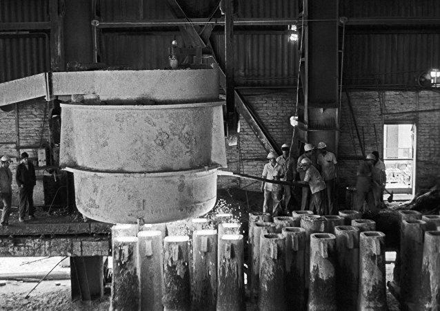 Fusión de acero en una planta cubana junto con obreros soviéticos