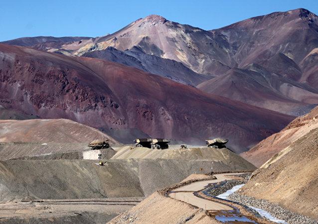 Camiones operan en la mina de oro Veladero en la provincia argentina de San Juan