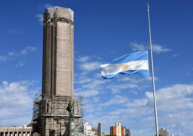 Bandera del Argentina izada a media asta en Rosario, la provincia de Santa Fe