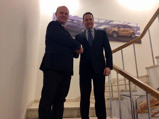 El embajador Carlos Faría y el presidente de Avtovaz Nicolas Maure