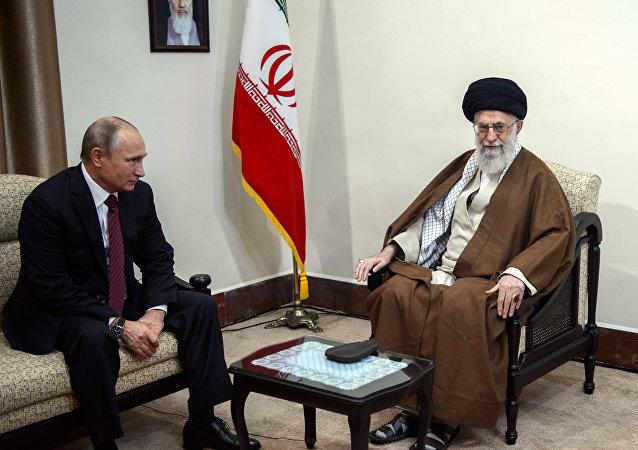 Vladímir Putin, presidente de Rusia, el líder supremo de Irán, el ayatolá Alí Jamenéi