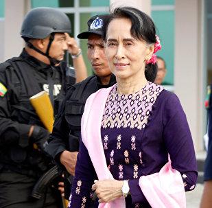 La consejera de Estado de Birmania, Aung San Suu Kyi, llega a Rakáin