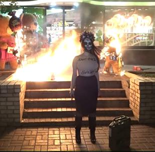 Bombones o 'impeachment': la dulce protesta de Femen contra Poroshenko