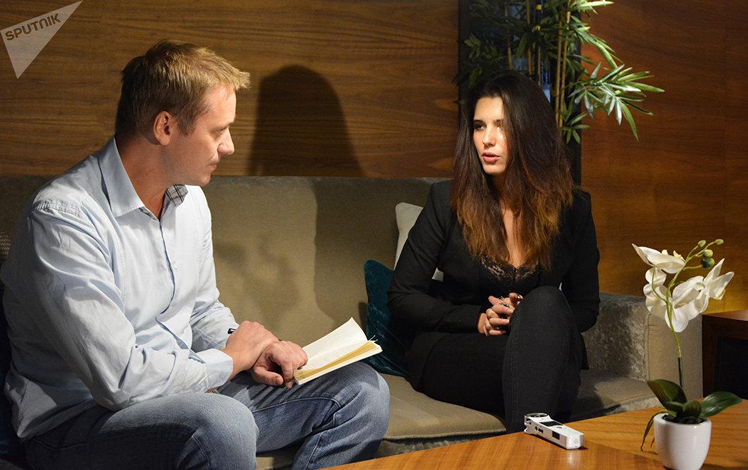 Michalina Olszanska brinda una entrevista a Milosh Churchin, corresponsal de Sputnik