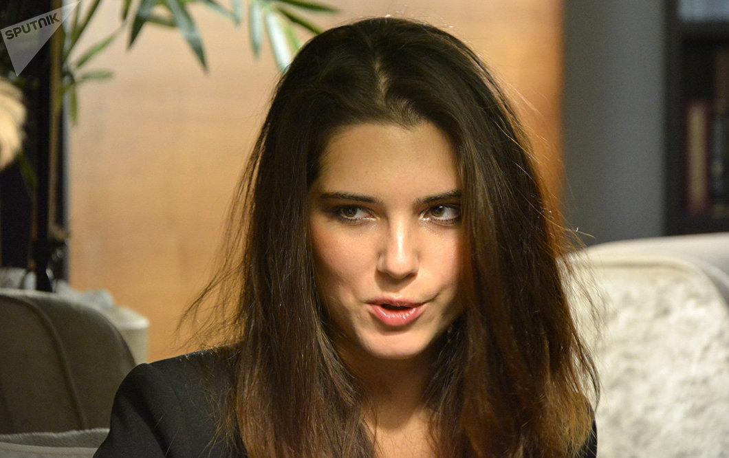 Michalina Olszanska, nacida el 29 de junio de 1992, es una actriz, violinista, cantante y escritora polaca. Interpreta como solista en varias orquestas sinfónicas, ha escrito dos novelas y desde 2012 actúa en cintas cinematográficas.