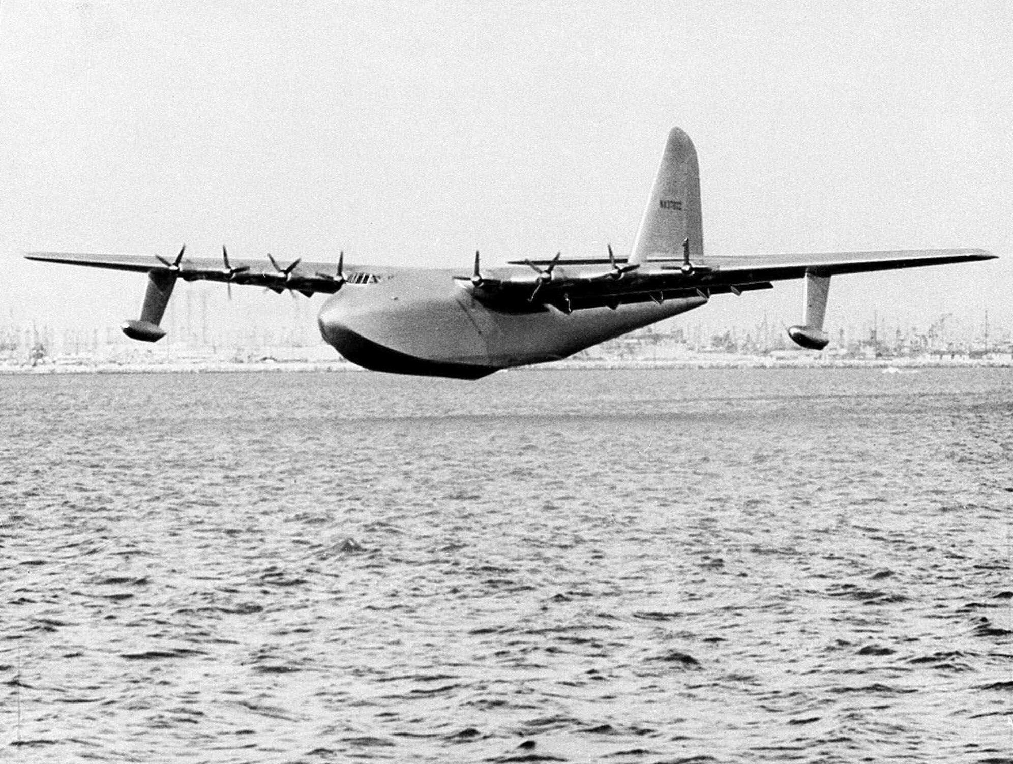 El barco volador de 800 toneladas de Howard Hughes, apodado Spruce Goose, se desliza sobre el agua el 2 de noviembre de 1947