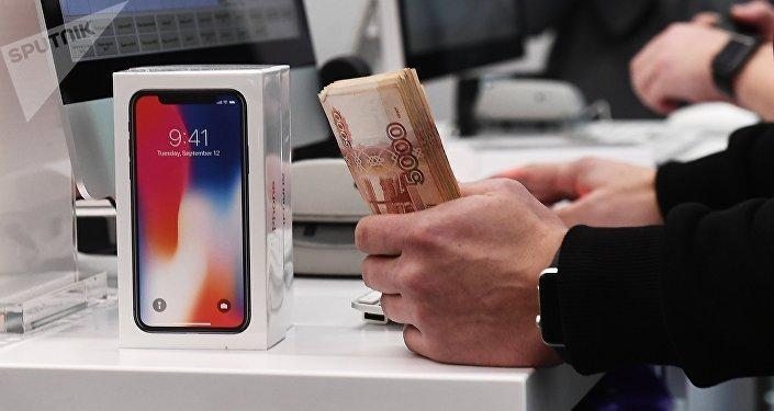 Los primeros compradores del nuevo IPhone X en Moscú