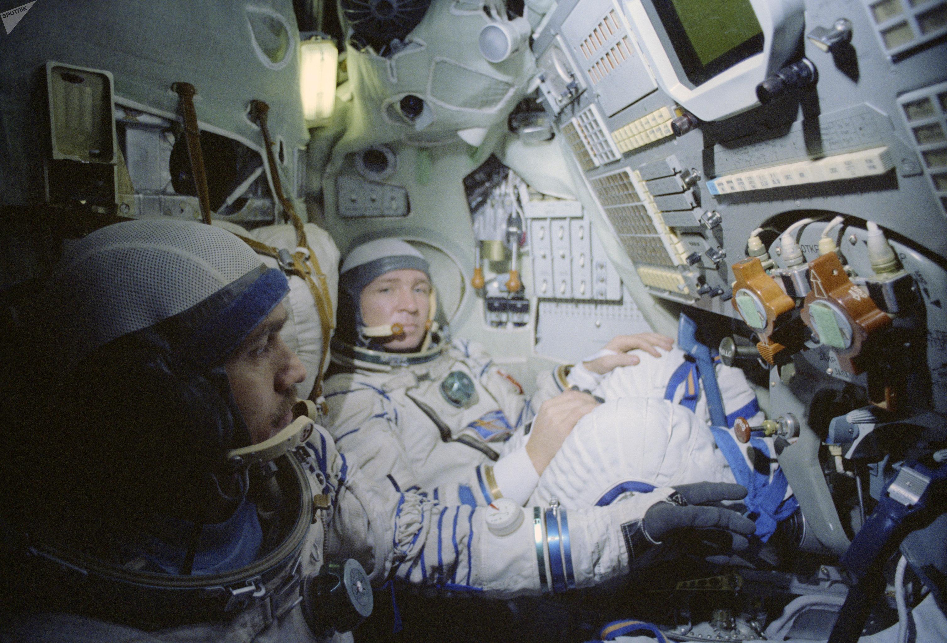 Valentín Lébedev (al fondo), fue un cosmonauta soviético, dos veces Héroe de la Unión Soviética. Ciudadano honorario de múltiples localidades del mundo, incluyendo Fort Worth en Texas. Hoy día ejerce como científico y en 2000 se convirtió en el primer cosmonauta en ingresar a la Academia de Ciencias de Rusia.