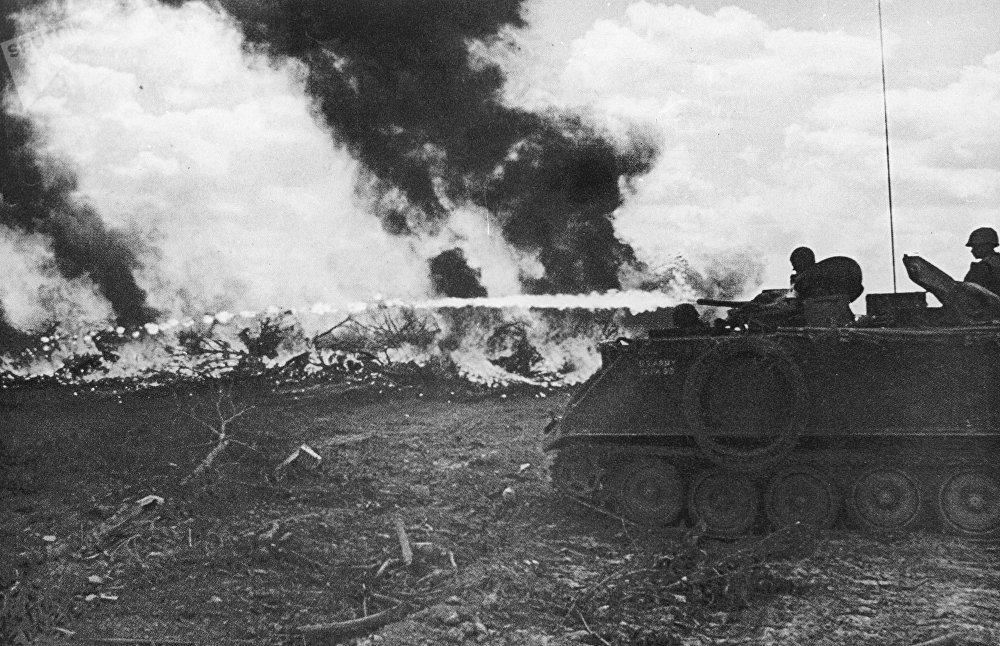 Soldados de EEUU queman un bosque vietnamita con napalm