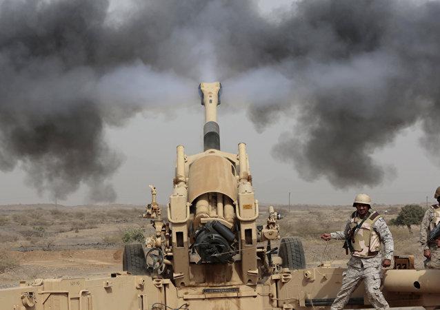 Artillería saudí durante operaciones de combate en la frontera con Yemen