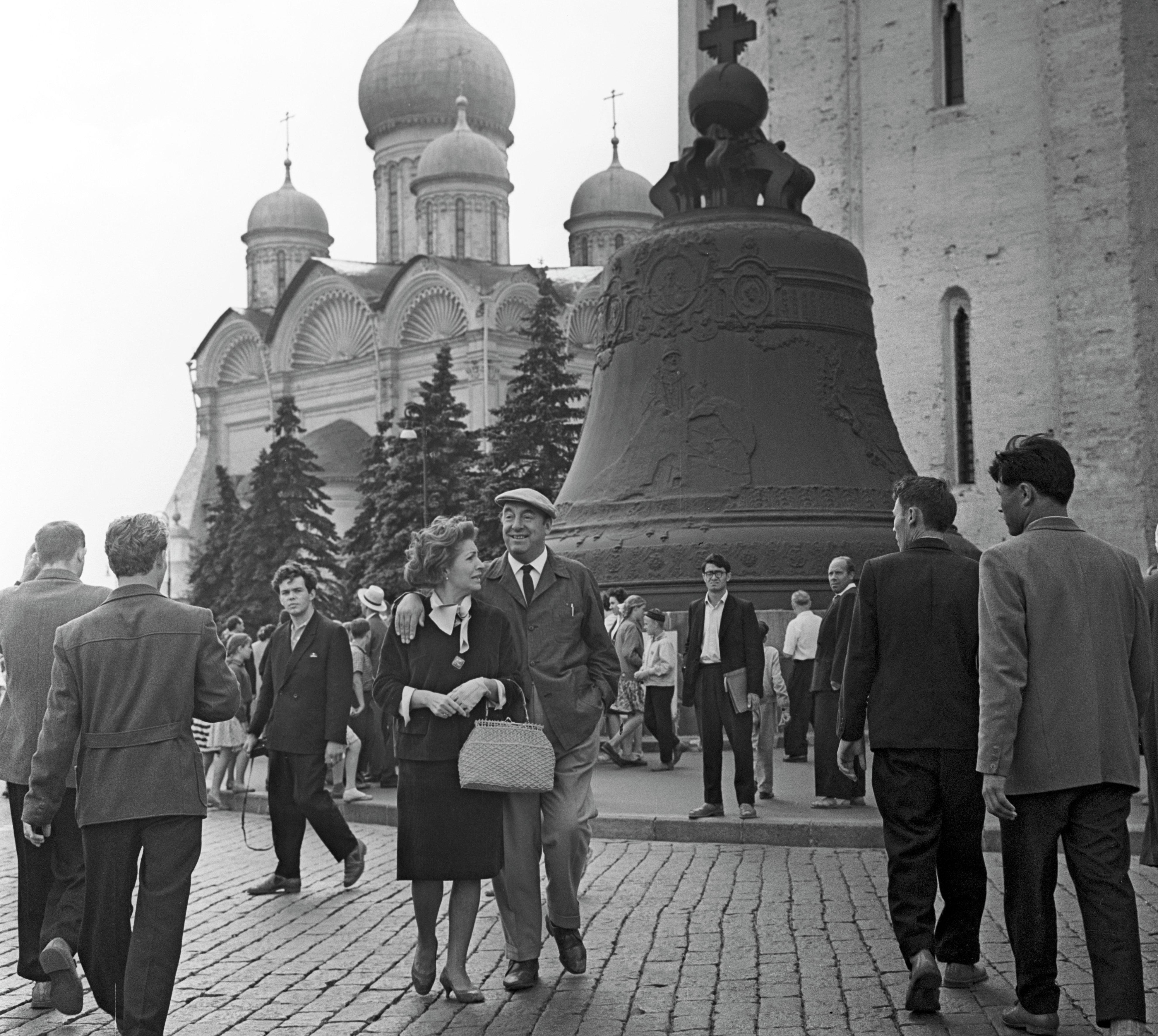 Pablo Neruda en Moscú junto a su esposa Matilde Urrutia en 1962