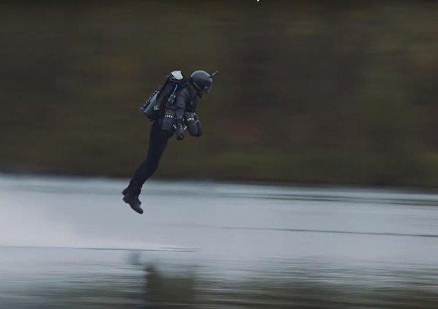 El ingeniero británico efectua un vuelo con un traje volador