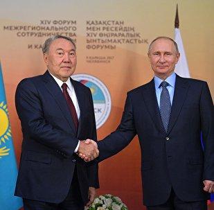 El presidente de Rusia, Vladímir Putin, con su homólogo kazajo, Nursultán Nazarbáev