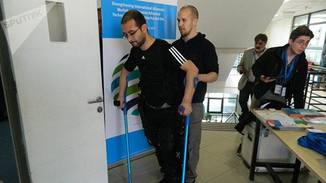Una persona camina con un exoesqueleto robótico de fabricación rusa