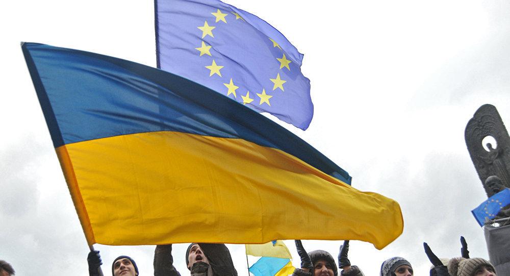 Banderas de Ucrania y EU