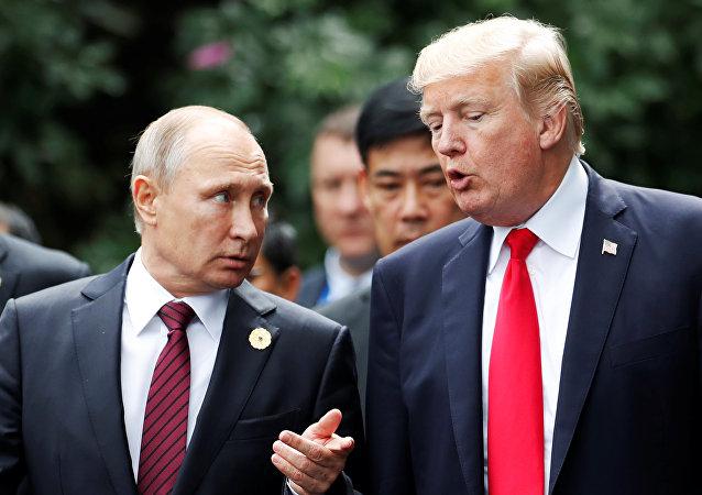 El presidente de Rusia, Vladímir Putin, y su homólogo estadounidense, Donald Trump, durante la cumbre de la APEC