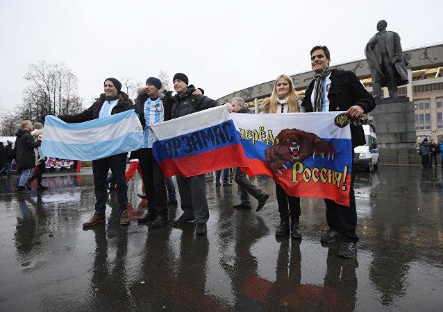 Hinchas de Argentina y Rusia antes del incio del partido amistoso del 11 de noviembre
