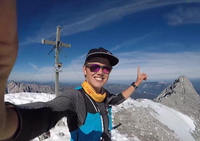 Un alpinista arriesga su vida sin equipamiento de seguridad