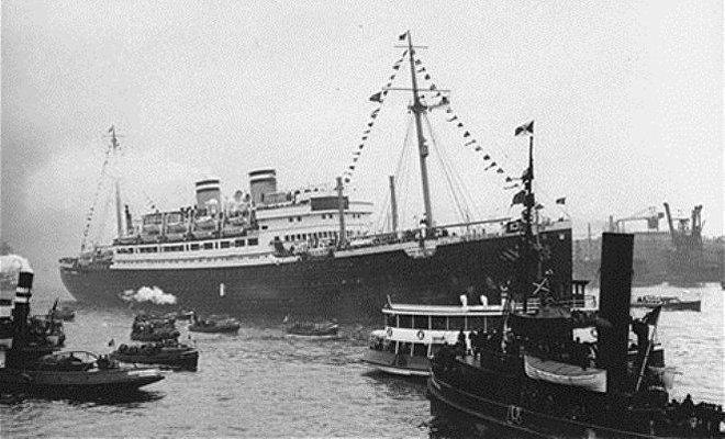 El buque MS Saint Louis, con más de 900 refugiados judíos que escapaban de la Alemania nazi, tuvo que volver a Europa cuando se les negó la entrada en puertos estadounidenses. El incidente pasó a la historia como 'El viaje de los malditos'.