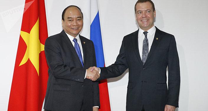 Primer ministro de Vietnam, Nguyen Suan Fuk, y primer ministro de Rusia, Dmitri Medvédev