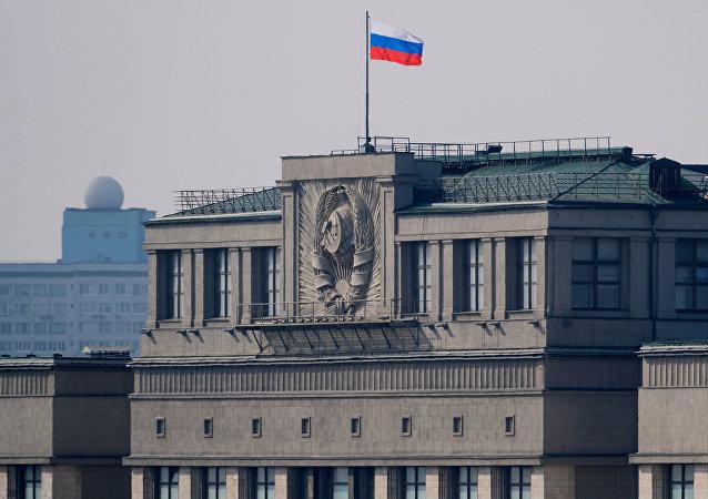 El parlamento de Rusia con la bandera del país