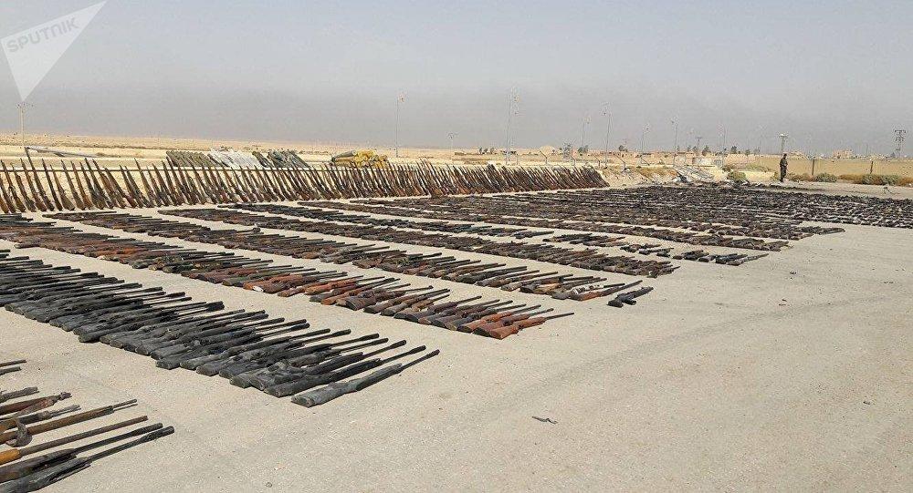 Las armas de los almacenes de los terroristas, encontrados en Deir Ezzor por el Ejército sirio