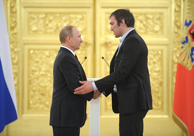 Presidente de Rusia, Vladímir Putin, y jugador de hockey ruso, Alexandr Ovechkin (archivo)