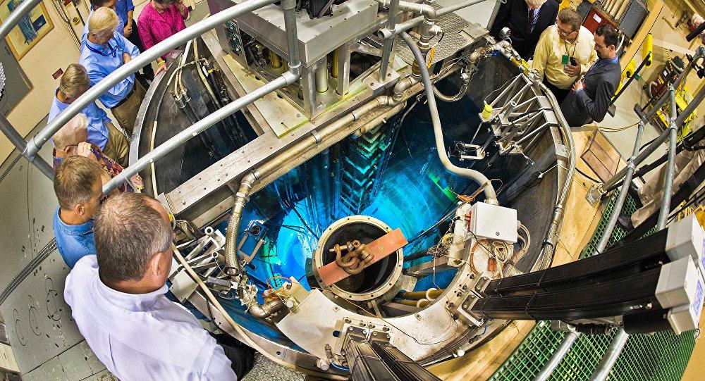 Grupo de científicos cerca del reactor nuclear (imagen referencial)