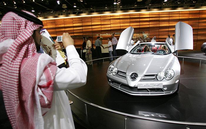Un hombre emiratí fotografía un nuevo Mercedes-Benz SLR McLaren Roadster