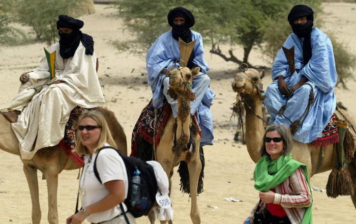 Turistas junto a los nómadas tuareg en Mali, Libia, en 2004