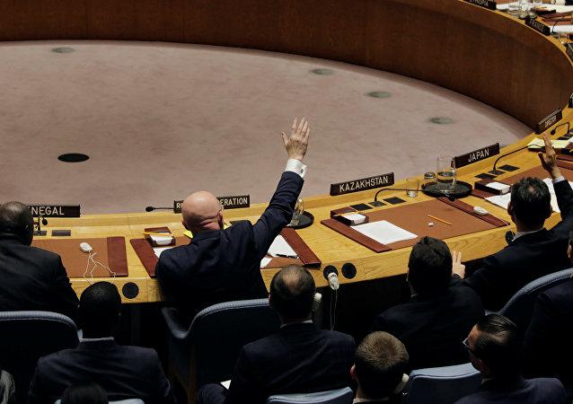 Vasili Nebenzia, embajador de Rusia ante la ONU, vota a favor de la resolución para extender las investigaciones de los ataques químicos en Siria