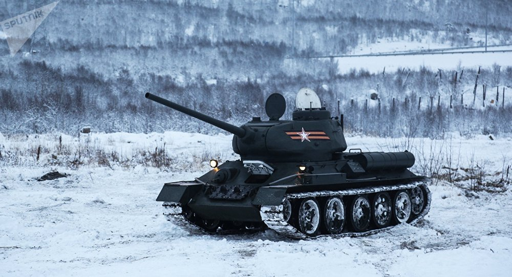 El tanque soviético T-34 durante ejercicios militares en condiciones invernales