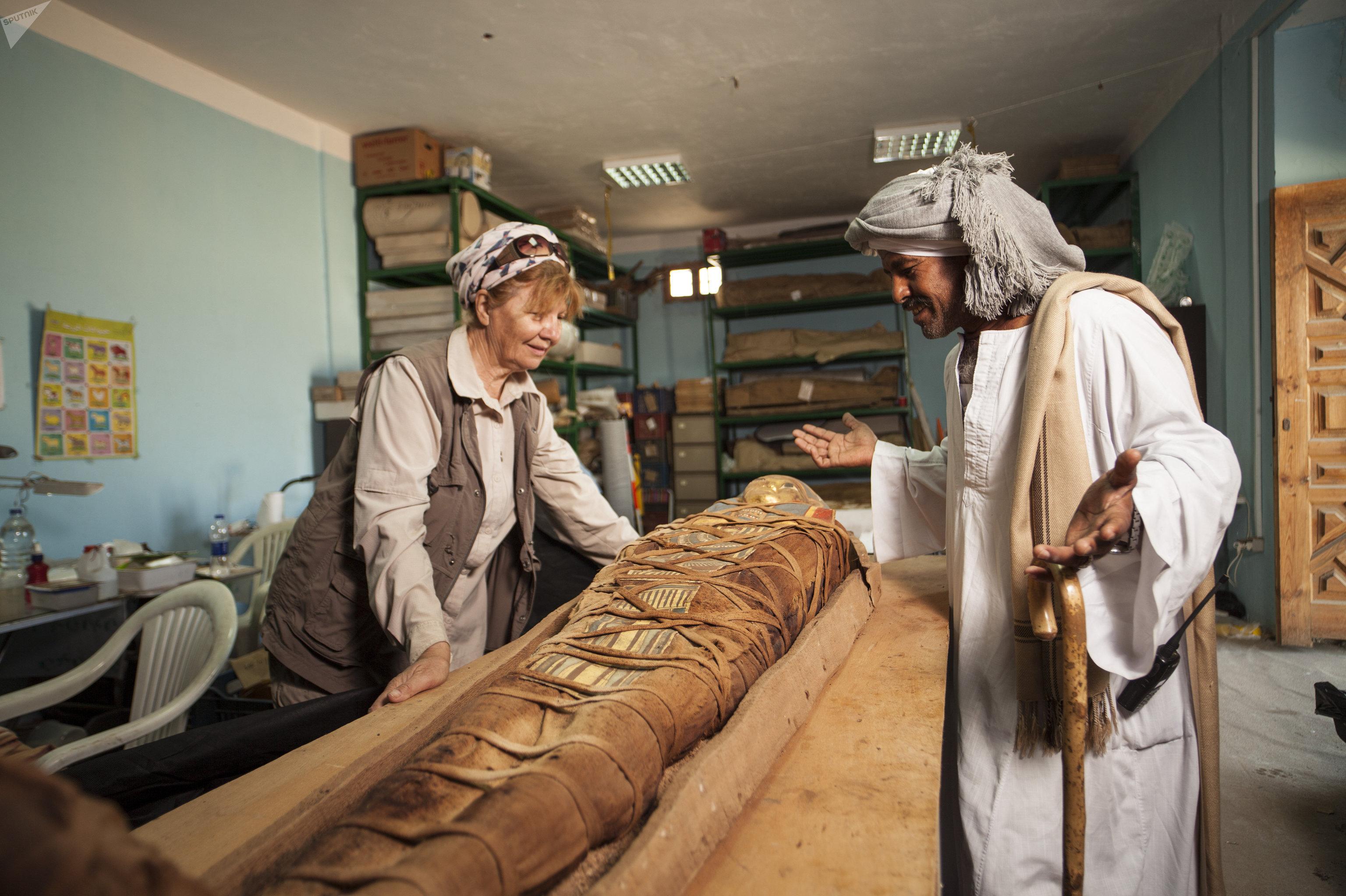 Galina Belova, jefa del equipo de arqueólogos, presenta la momia descubierta en el oasis de El Fayum, Egipto.