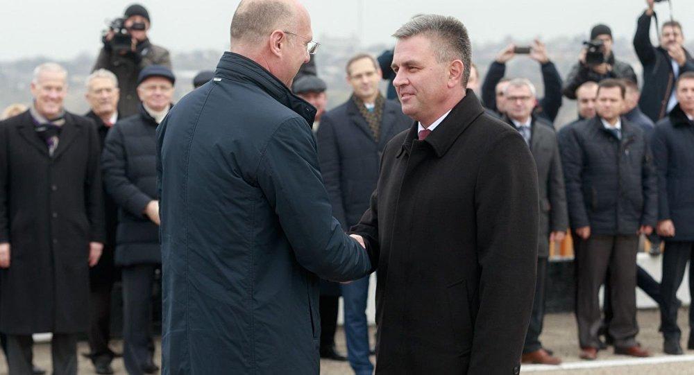 Pavel Filip, primer ministro de Moldavia y Vadim Krasnoselsky, líder de la república autoproclamada de Transnistria